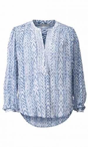 Sudrey Tunic. Smuk skjorte i sæsonens print fra svenske Hunkydory. Modellen har lidt løs pasform med afrundet bund og er lidt længere bagpå. Elegant broderet halsudskæring og v-udskæring, der lukkes med lille hægte.  Materialet er 100 % bomuld.