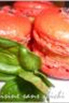 Macarons à la gelée de tomates et basilic.