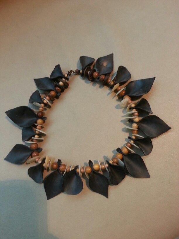 Halsketting van stukjes fietsband, schelpjes en houten kraaltjes
