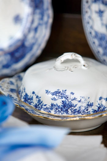 Setting a beautiful table is really easy when you have beautiful dishes like these ...