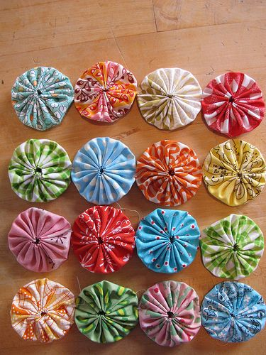 Yo-yo's by machine ~ sewtakeahike  You have just saved me a million hours of time sewing someone elses yo-yo's together.jcv