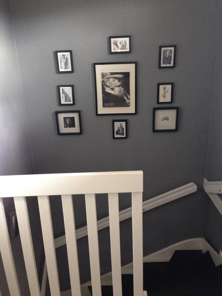 trappuppgång med tavlor. Trappa målad med Chalk Paint färg från Annie Sloan Graphite Batch.