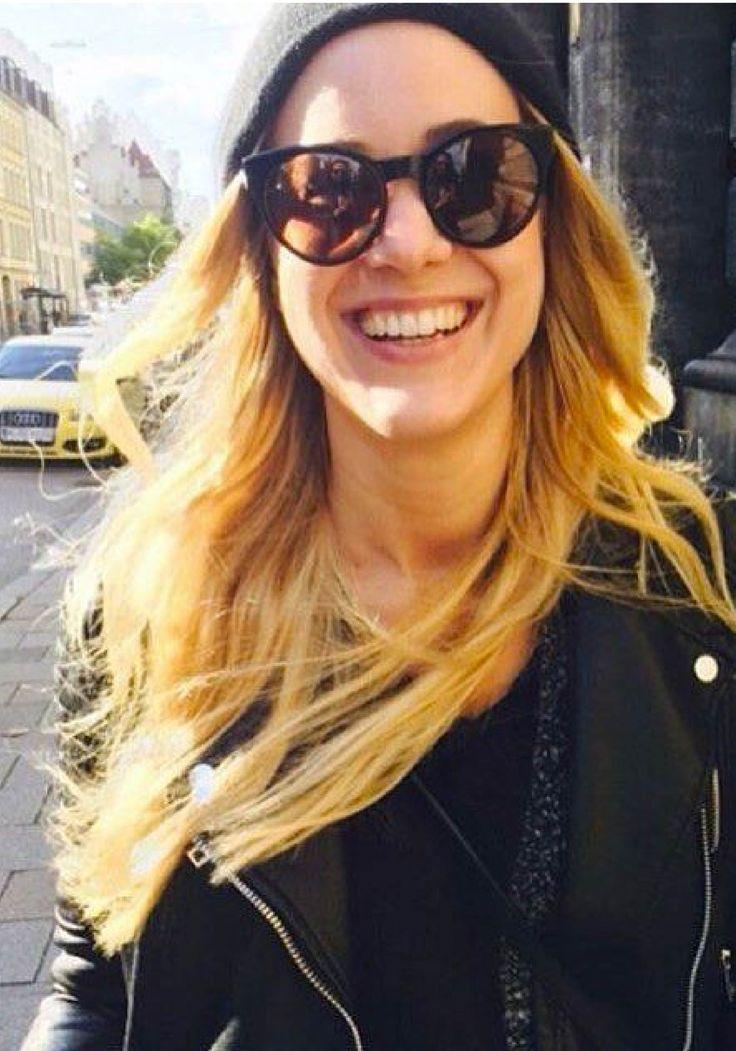 Starten Sie glücklich in die Woche mit einer nagelneuen Sonnenbrille von Rodenstock. Die Sonnenbrillen passen hervorragend zu ganz in Schwarz gehaltenen Outfits im Street Style. Foto von @mayasabine auf Instagram.