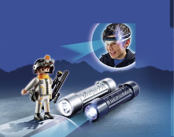 5290 Φακοί-Προβολείς με πράκτορα της Spy Team! Καταπληκτικά εφέ στο σκοτάδι! UV-προβολέας και φακός (χρειάζονται 2x1,5V AAA μπαταρίες). Οι 2 φακοί με UV ακτίνες και λευκό φως μπορούν να φορεθούν στην ειδική  μπαντάνα ή να ταιριάξουν στο Όχημα Επιχειρήσεων της Spy Team και το Razorcopter. Κάνουν τις νυχτερινές καταδιώξεις πολύ πιο συναρπαστικές!