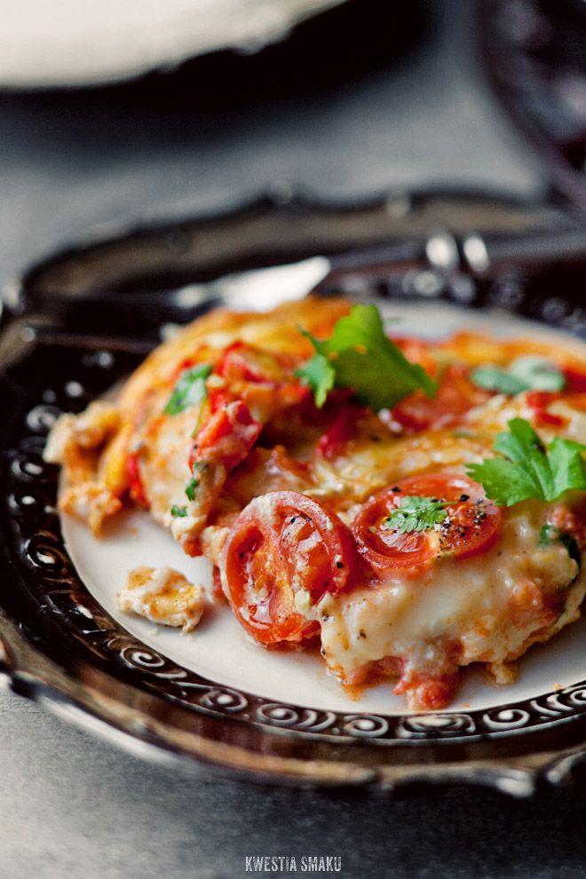 Frittata z kiełbaską chorizo, pomidorami i chili
