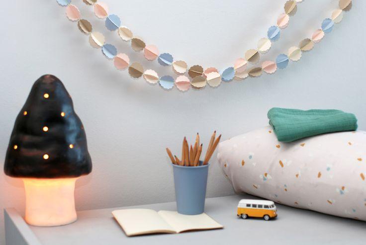 Sla geen feestje over met deze prachtige wolkjes slinger van Mi-Avril! Deze slinger is gemaakt van gerecycled papier in de prachtige kleuren; creme, licht kraft, licht roze en baby blauw.Formaat: 2 meter lang, Ø 32mm per wolkjeMateriaal: Gerecycled gekleur papier en neon geel touw.Merk: Mi-AvrilPakketpost