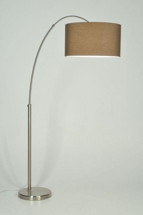 vloerlamp 30012: Mooie booglamp gemaakt van geschuurd staal. De boog is UITSCHUIFBAAR op twee plaatsen en kan worden uitgeschoven in de hoogte en de breedte. Deze moderne booglamp wordt geleverd met een luxe afgewerkte, strakke bruine stoffen kap in linnen. (kleur valt in werkelijkheid donkerder uit dan op de foto's)  De voet is uitgevoerd in mat geschuurd staal.   Deze lamp is voorzien van een vloerdimmer.