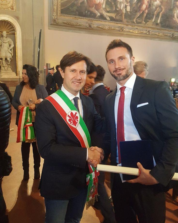 Il Sindaco di Firenze Dario Nardella E il Dr Gabriele Benedetti premiato a Firenze con lo scudo d'argento dell'istituto di San Martino