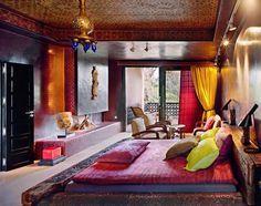traditionelles Schlafzimmer in warmen Farben an Wänden und Wohntextilien