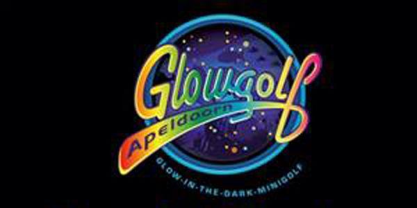 Glow Golf is uitstekend geschikt voor jong en oud dus ook superleuk als uitje met de hele familie of je glow in the dark kinderfeestje!