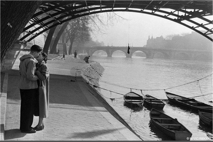 Sous le pont des Arts... Une photo de © Marc Riboud, 1952 (Paris 1er)