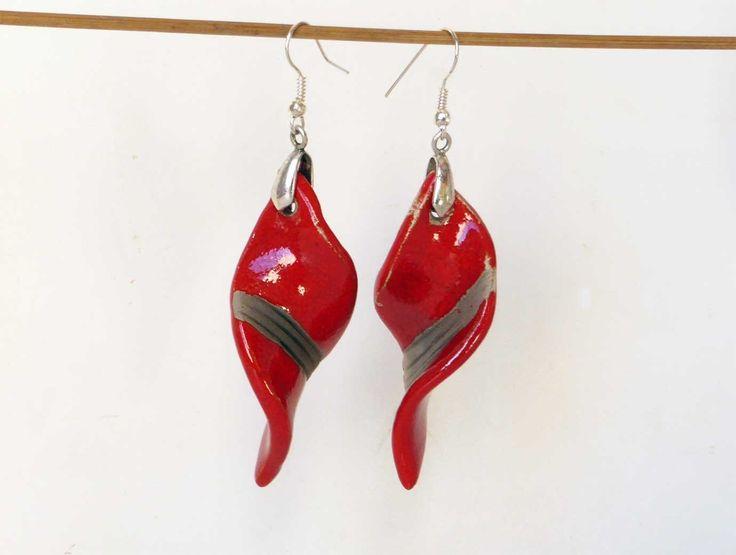 Grandes boucles légères en céramique rouges et noires sur crochets sans nickel