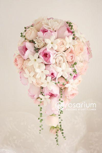 ロザリウム(Rosarium)  ロマンティックなキャスケードブーケ