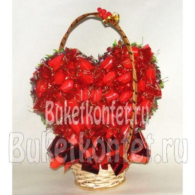 """С любовью. Букет из конфет за 3 100 рублей от магазина """"Букет конфет"""" #сердцеизрафаэлло #сердцеизконфет #сладкоесердце"""