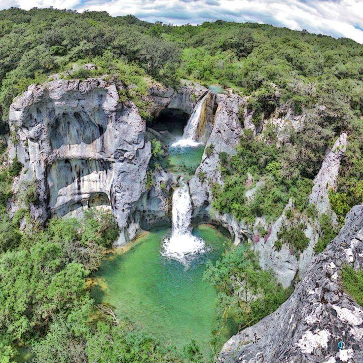 La cascade de la Sompe (ou Trou du Diable) Lagorce, Ardèche. La Sompe est un affluent du Salastre. Une partie du cours de La Sompe est souterrain et forme deux magnifiques cascades intermittentes. On peut les admirer en eaux dans l'arrière saison, ou après de grosses pluies. Environ 1 km après Labeaume, passé un petit pont, un sentier mène aux cascades. La prudence est de rigueur car l'accès n'est pas facile, voire accidenté. La cascade de la Sompe est un lieu naturel à préserver.