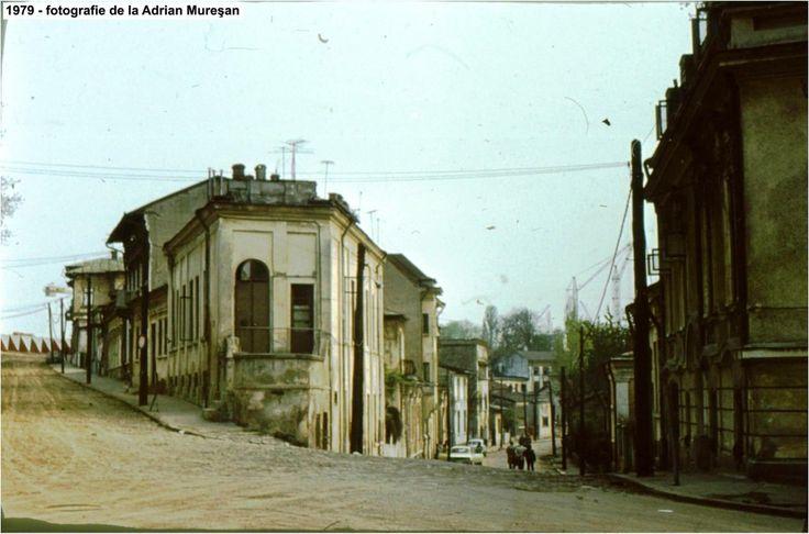 Străzile Fonteriei (sus) şi Puţul cu Apă Rece (jos), văzute din strada Mihai-Vodă în 1979 - cartierul Izvor. Actual Parc Izvor, după demolarea totală.  Source: Adrian Mureşan