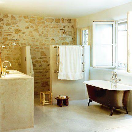 Donner à sa salle de bains un esprit de vacances. I love a stone wall...