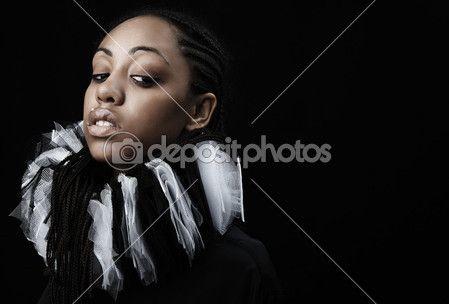 aantrekkelijke Afro-Amerikaanse schoonheid in een zwart-wit theatrale jabot. Close-up — Stockfoto © innervision #3881642