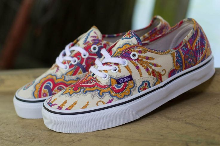 belos tênis vans estampado