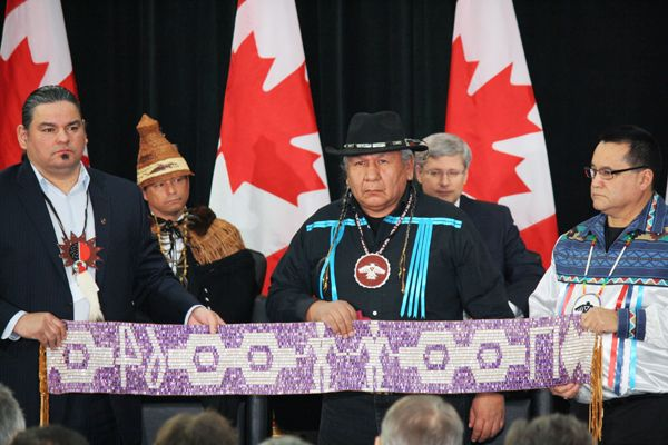 Chiefs hold Treaty of Niagara wampum belt