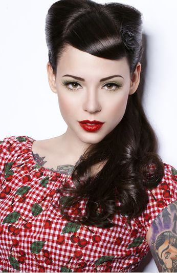 Retro hair with a pulled forward fringe, little rolls and easy peasy side pony – minimal backcombing required!