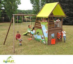 Aire de jeux bois Soulet GRAND CHENE composée de deux balançoires, un vis-à-vis, un toboggan, une tour avec toit, cabane avec portillon et fenêtre.