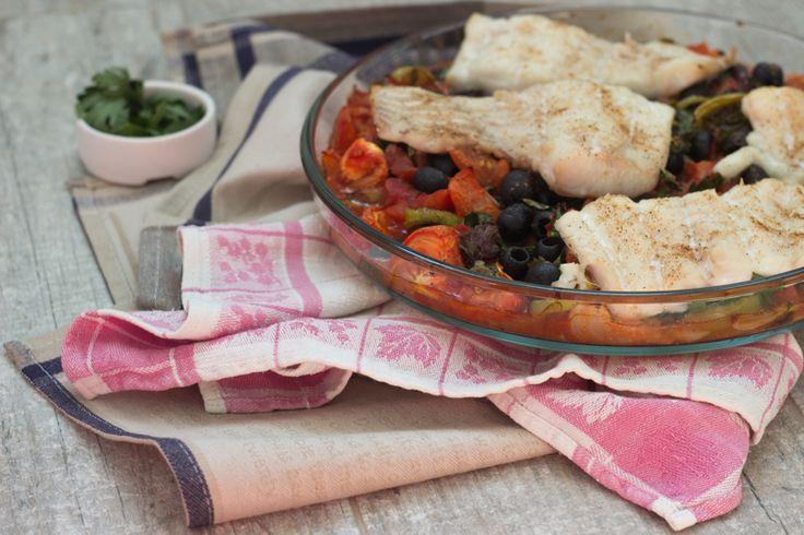 Как приготовить запеченную белую рыбу и томатный соус в средиземноморском стиле - простой рецепт.