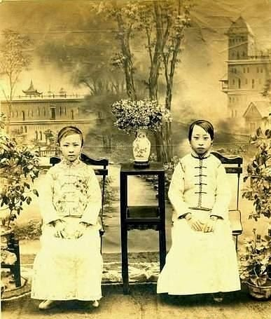 The last emperor Pu Yi's two sisters.