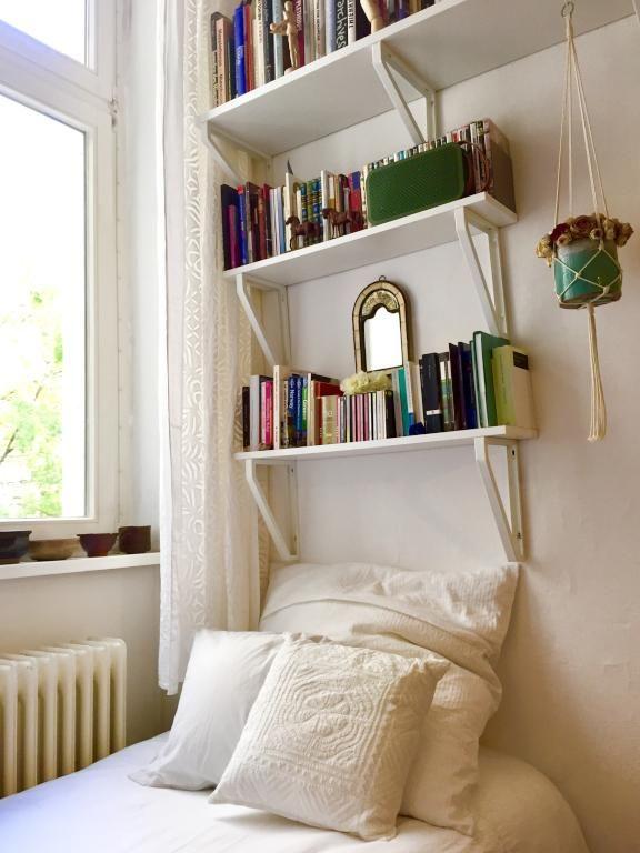 Einrichtungsidee fürs WG-Zimmer mit Bücherregalen und Hängeblumentopf. #WG #Zimmer #Einrichtung #Bücherregal
