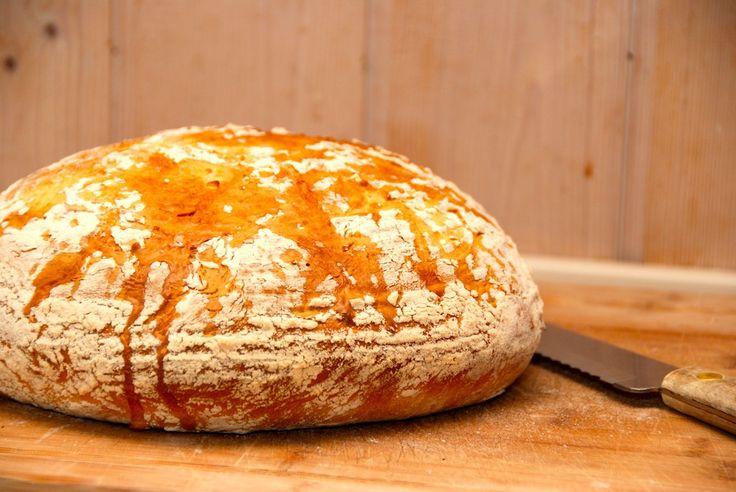 Et dejligt sødmælksbrød i hævekurv. Der er tale om et klassisk franskbrød, der efterhæver i hævekurven, og derved får den flotte form og lækre skorpe. Foto: Guffeliguf.dk.