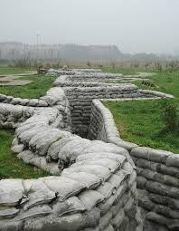 Slag bij de Ieper. Ieper wordt gezien als het middelpunt van de herdenking van de Eerste Wereldoorlog.Toen het Duitse leger door België trok zijn ze bij Ieper gestrand.Op 21 oktober 1914 was de Eerste Slag om Ieper.
