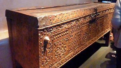 un coffre asenduk provenant de petite kabylie dans ce meuble typique des maisons. Black Bedroom Furniture Sets. Home Design Ideas