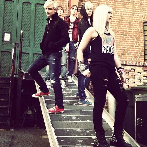 i think this is the first pic iv'e seen of rydel without a tutu! <3 ross' shoes! .... He's so cute love u Ross!