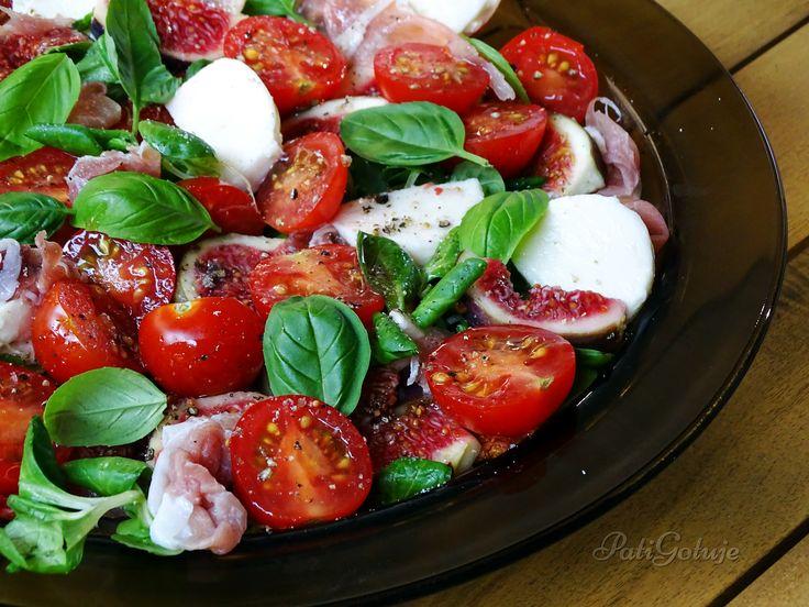 Sałatka z figą na roszponce z szynką dojrzewającą, mozzarellą i pomidorkami