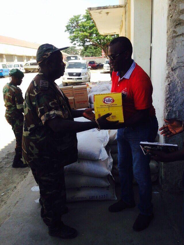 Tenente-General, Eugênio Figuereido realiza entrega de bens de primeira necessidade no Lobito http://angorussia.com/noticias/angola-noticias/tenente-general-eugenio-figuereido-realiza-entrega-de-bens-de-primeira-necessidade-no-lobito/