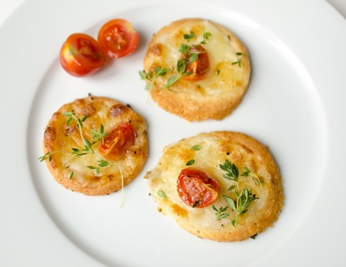 Parmesan-Thymian-Kekse mit Basilikum und Mozzarella
