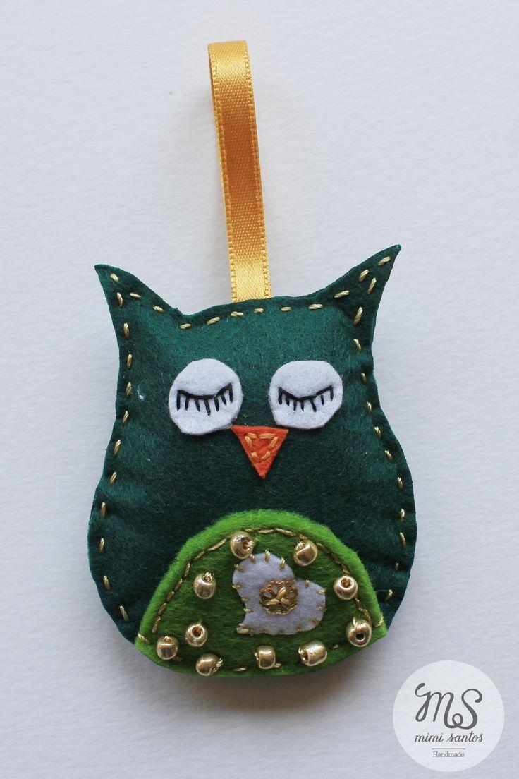Various small owls made in felt are embroidered with applications and beads. They can be used as a keyrings, pins, bag decoration, wedding souvenirs or simply as decoration. Small size 7cm x 6cm ---------------------------------------------------------------- Vários mochos feitos em feltro, bordados com aplicações e miçangas. Podem ser usados como porta chaves, alfinetes, decoração para malas, lembranças de casamento ou simplesmente como decoração. Tamanho pequeno 7cm x 6cm
