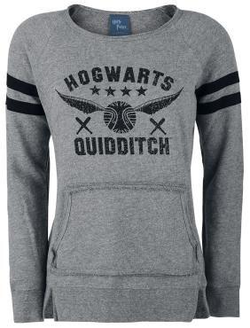 """- Front bedruckt - offener Saum am Halsausschnitt und an der Tasche, Used-Look - Streifen an den Ärmeln - Rippbündchen - hinten länger als vorne geschnitten  Auch ohne Besen, Quaffel und fliegenden Schnatz trägt sich der Strickpullover """"Quidditch"""" von Harry Potter ganz hervorragend. Auf der Vorderseite des grau-schwarzen Strickpullovers ist das Logo der Quidditch-Mannschaft von Hogwarts abgebildet. Der lässige Pullover im Used-Look ist hinten länger als vorne geschnitten. An den seitlichen…"""
