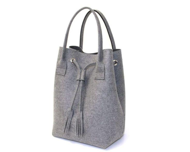 Diese Tasche aus Filz für all die großen und kleinen Schätze ist handgefertigt und  in den oben abgebildeten Farben erhältlich.  Über der Schulte...