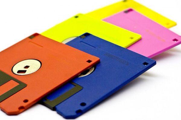 ДИСКЕТА, или гибкий диск, — магнитный диск, на котором хранятся или переносятся с одного компьютера на другой файлы (текстовые, графические и пр.).
