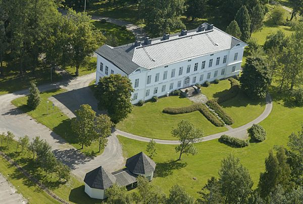 Jokioisten kartano - Jokioinen Manor. Owned by the government, more exactly MTT - Agriculture Research Finland, nowadays. Great arboretum.