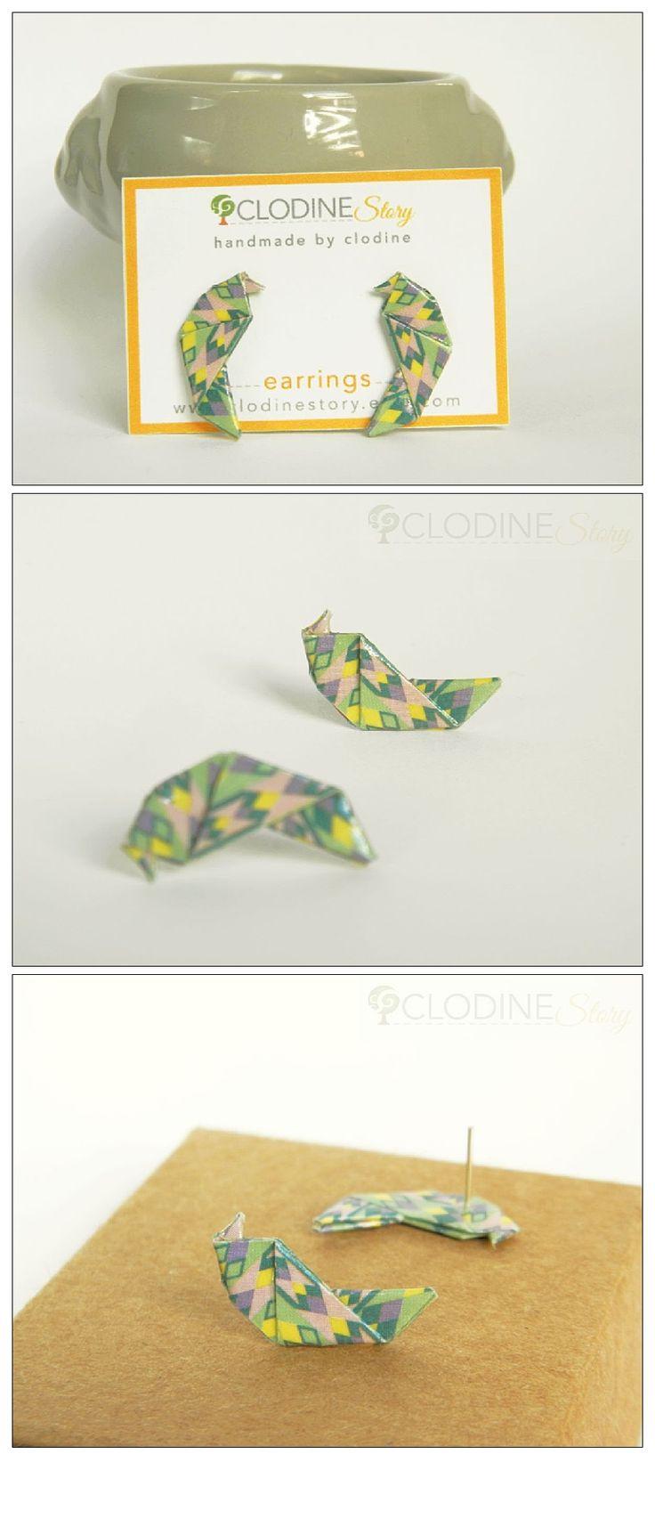 Boucles d'oreilles puces mini perruche origami, Perruche origami, Bijoux en origami, Bijoux en papier