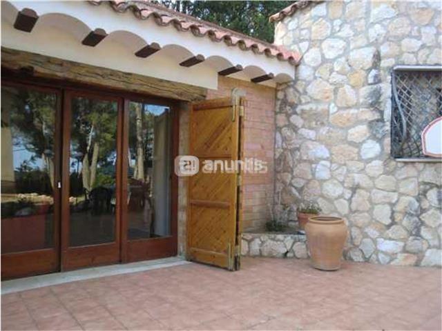 Alquilo acogedora casa rustica, totalmente exterior. Con una habitación, Cocina americana, chimenea, amueblada y equipada.Cerca Club de Golf, Costa dorada, hipica en las inmediaciones y a unos 3km de la playa larga de Tarragona.