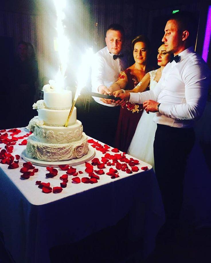 👰💍#restaurantprestige #prestigecraiova #locatienunta #nuntaperfecta #family #photooftheday #life #friends #crazy #partying #fun #instaparty #memories #night #outfit #music #funtime #cake #tort