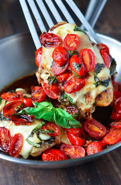 Un momento de silencio para la trinidad gloriosa que es el pollo, el queso y los tomates. Ten la receta.