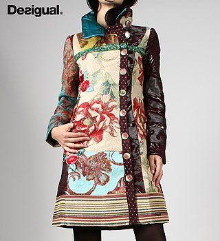 Es el abrigo para la ropa casual.  El abrigo está de moda.  Es por Desigual.  Tiene muchos flores.