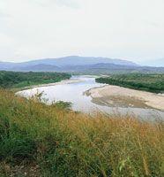 Desde su nacimiento hasta que sale de la cordillera y entra al valle , el río se desplaza por una fuerte pendiente y arrastra a su paso una gran cantidad de sedimentos. Valle alto del Magdalena a la altura de Hobo.