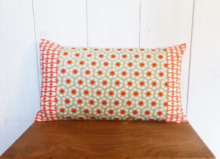 Housse de coussin 50 x 30 cm patchwork de tissus motifs Hexagones et chevrons corail déco scandinave : Textiles et tapis par zig-et-zag