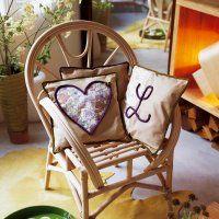 Des coussins décorés au tricotin