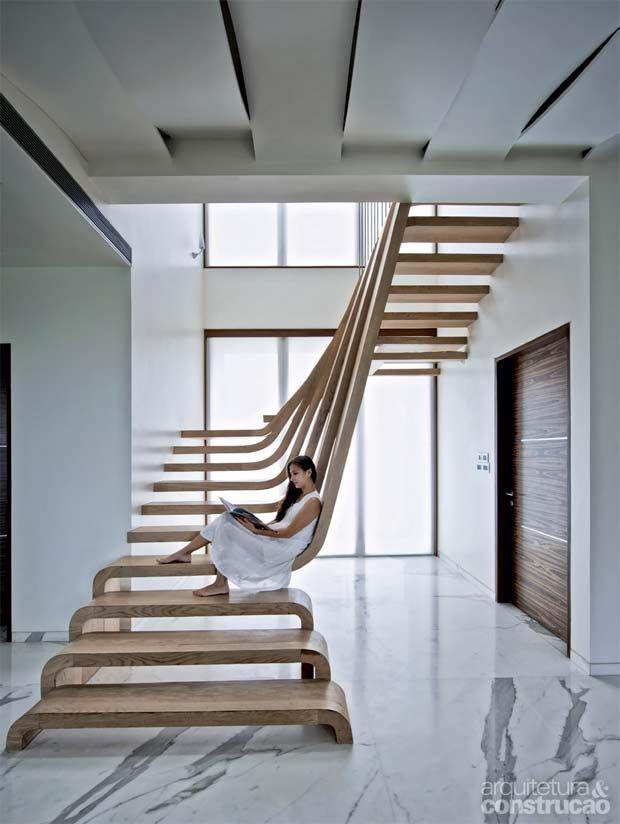 Escadas viram piso, parte do mobiliário e até instalação de arte